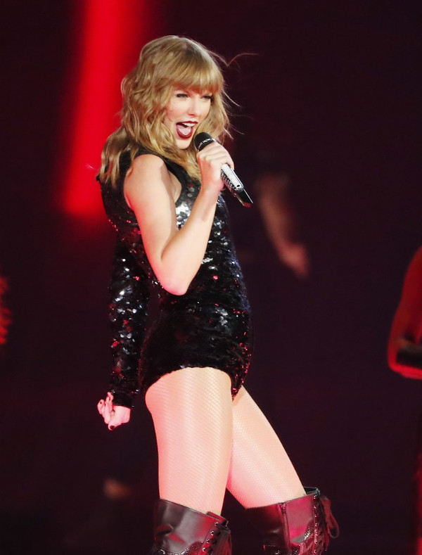 Taylor Swift hot half-nude pictures-43