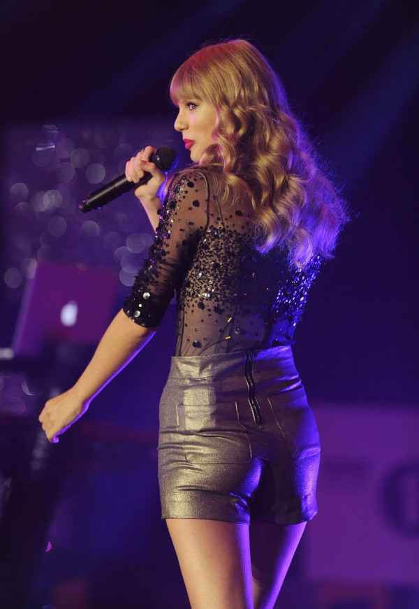 Taylor Swift hot half-nude pictures-58